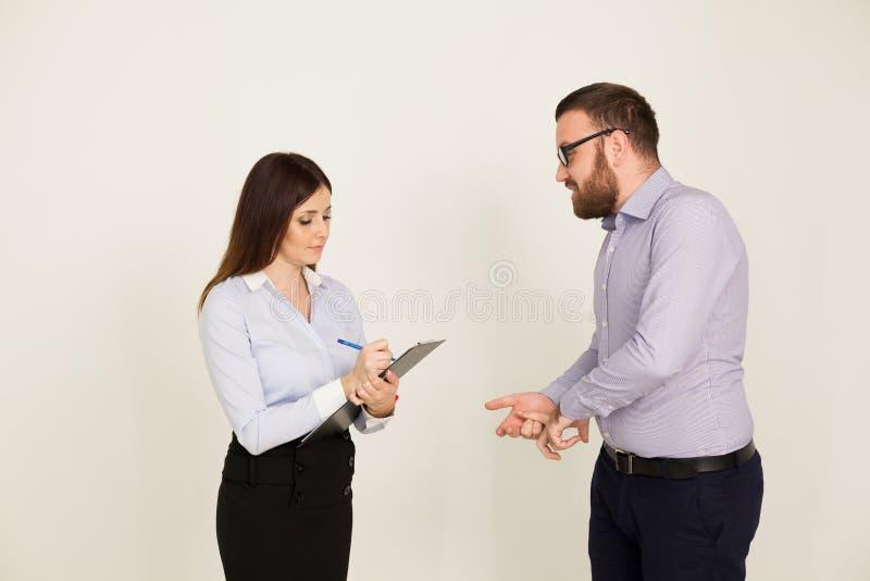 男人和妇女商务伙伴在办公室工作 免版税库存照片