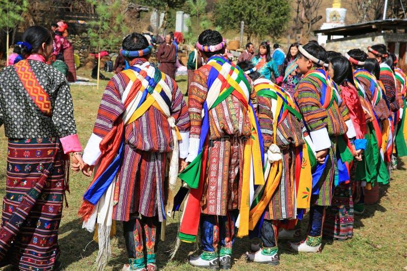 男人和妇女在不丹` s每年牦牛节日庆祝 图库摄影