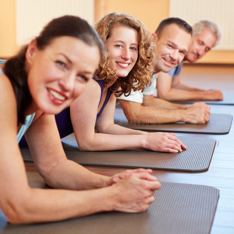 男人和妇女在健身中心 库存照片
