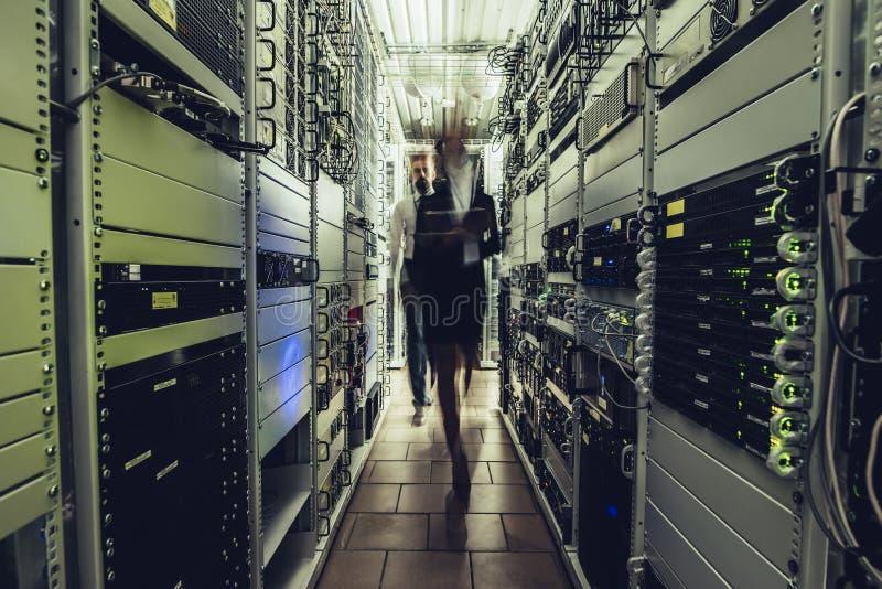 男人和妇女在数据中心 免版税库存照片