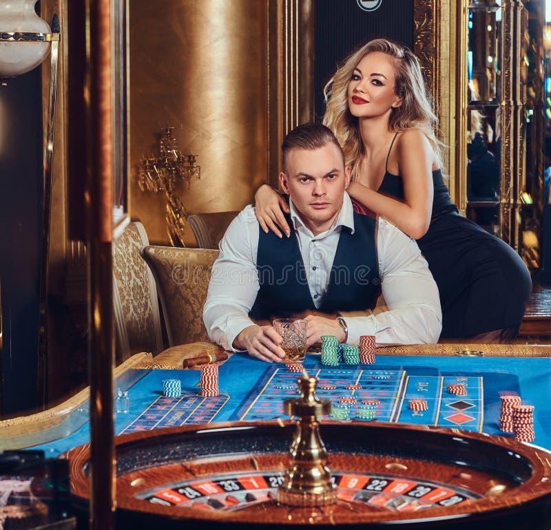 男人和妇女在赌博娱乐场 免版税图库摄影
