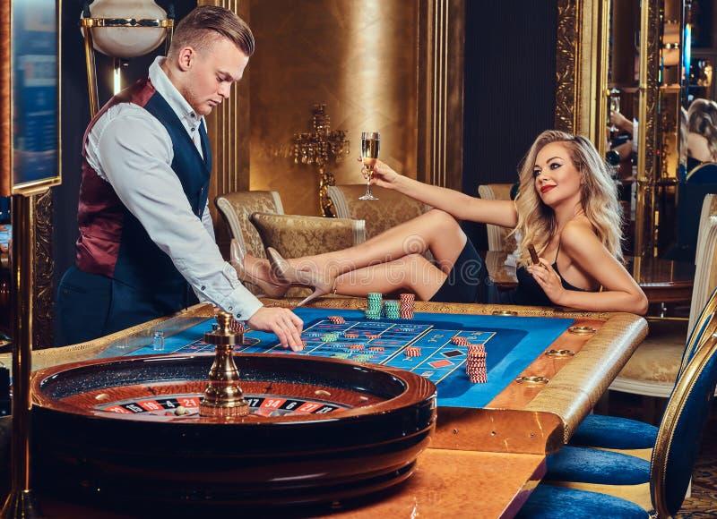 男人和妇女在赌博娱乐场 图库摄影