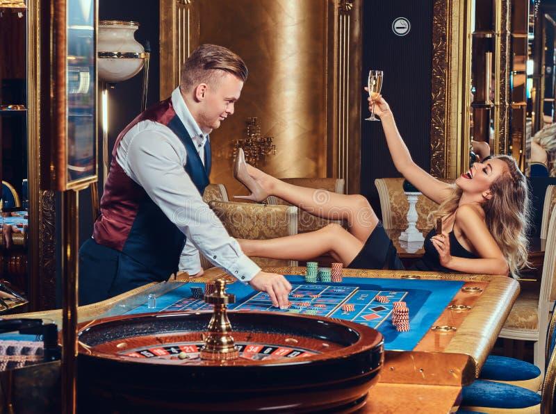 男人和妇女在赌博娱乐场 免版税库存图片