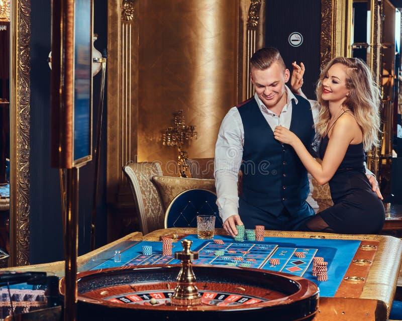 男人和妇女在赌博娱乐场 免版税库存照片