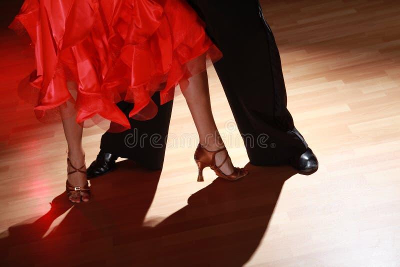 男人和妇女在黑暗的背景的跳舞辣调味汁 库存照片