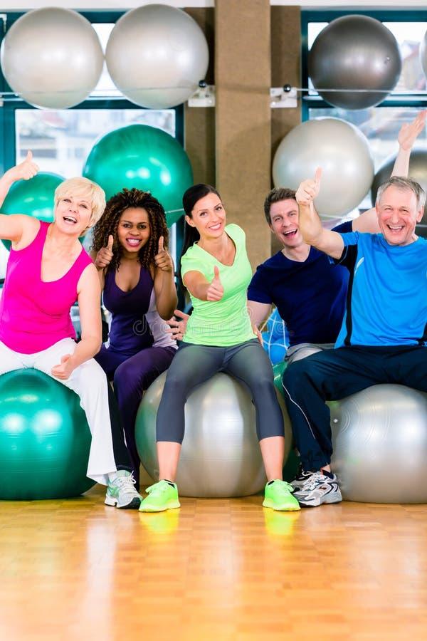 Download 男人和妇女坐在健身房的健身球 库存照片. 图片 包括有 成功, 女演员, 体育运动, 略图, 人们, 培训 - 59102082