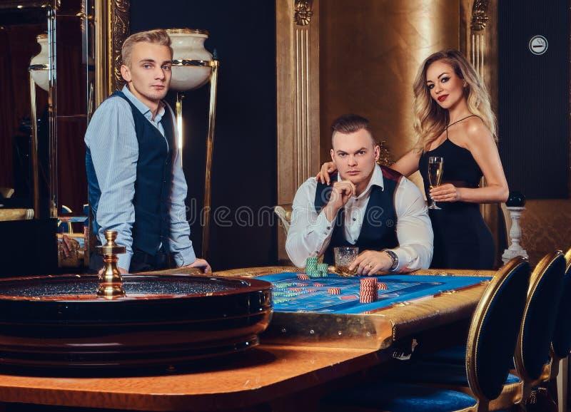 男人和妇女戏剧轮盘赌 库存图片