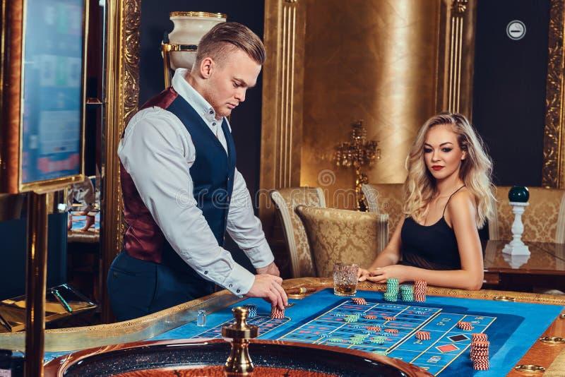 男人和妇女戏剧轮盘赌 图库摄影