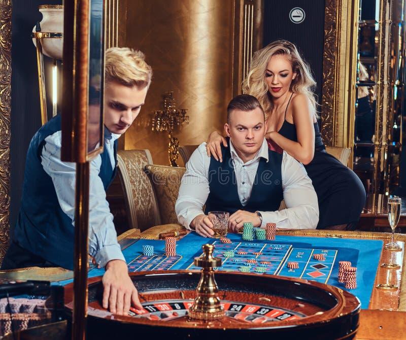 男人和妇女戏剧轮盘赌 免版税库存图片