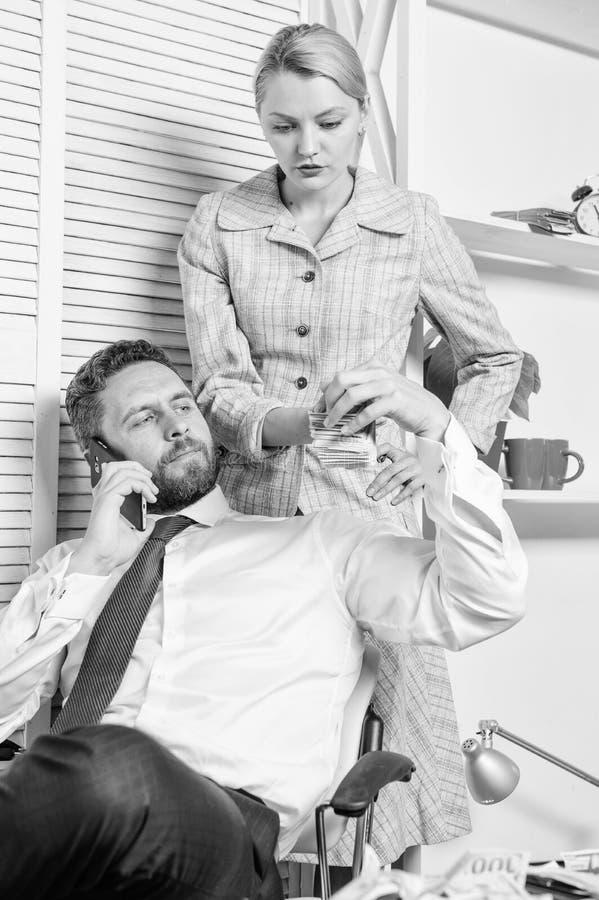 男人和妇女挣在流动交谈欺骗的钱 敲诈和金钱强夺 非法金钱赢利概念 ? 库存照片