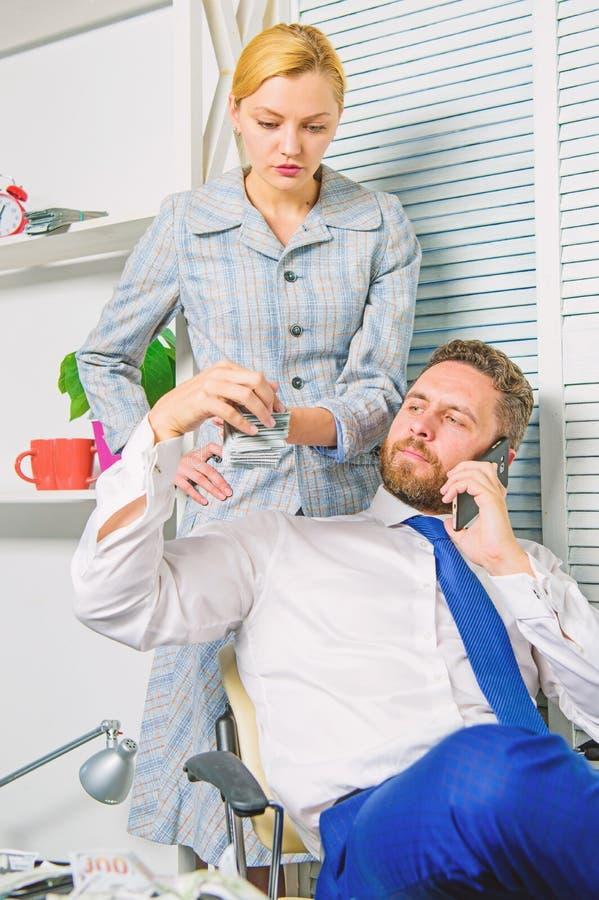 男人和妇女挣在流动交谈欺骗的钱 敲诈和金钱强夺 非法金钱赢利概念 ? 免版税图库摄影
