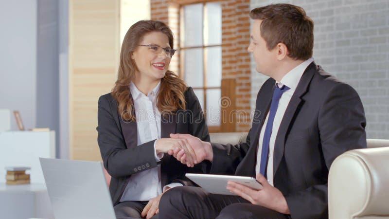 男人和妇女握手,结束的协议的商务伙伴,成交 免版税库存照片