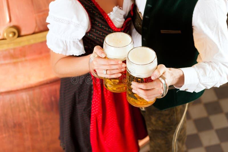 男人和妇女有啤酒杯的 免版税库存照片