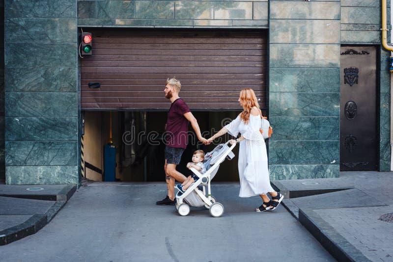 男人和妇女有婴儿推车的 免版税库存图片