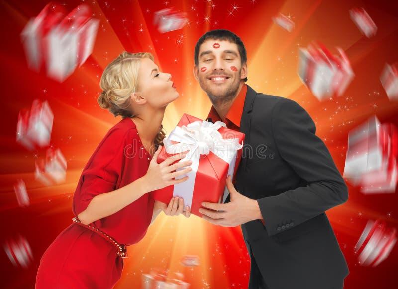 男人和妇女有礼物的 免版税库存图片