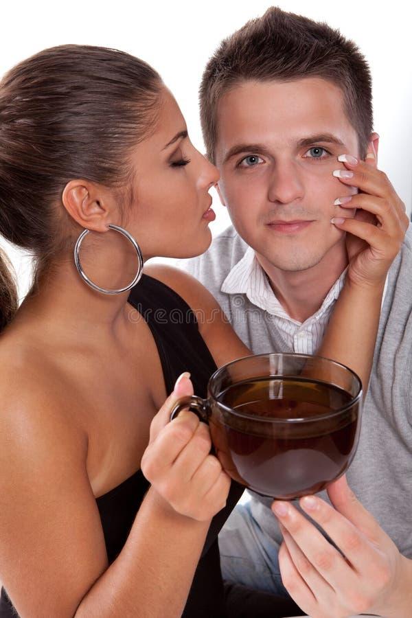 男人和妇女有茶的 免版税库存图片