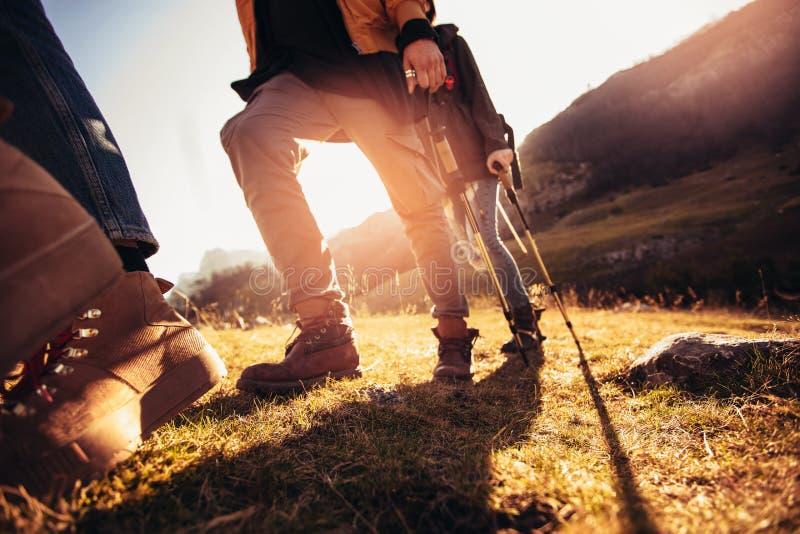 男人和妇女有迁徙的起动的在足迹 免版税库存图片