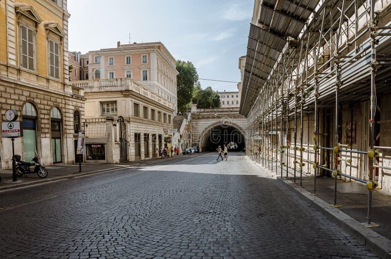 男人和妇女游人在城市通过米兰街道在罗马在2013年6月 Italyof罗马 意大利 2013年7月21日 免版税库存图片