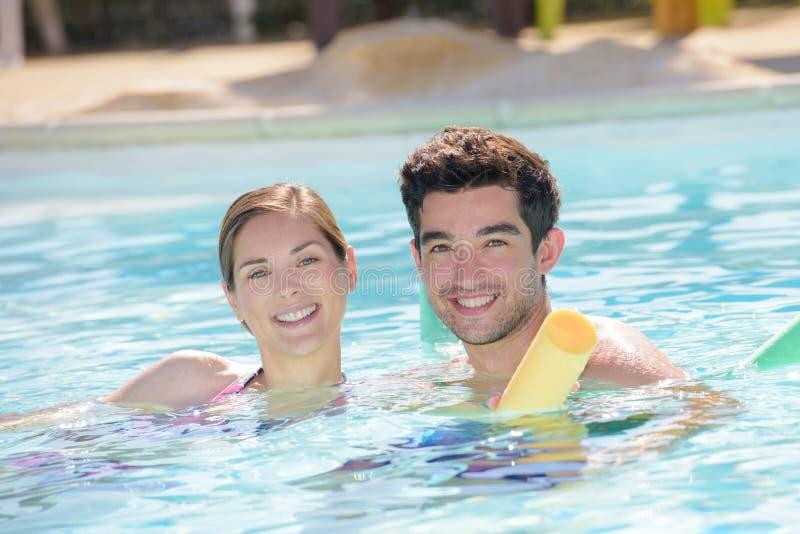 男人和妇女游泳池的 库存图片