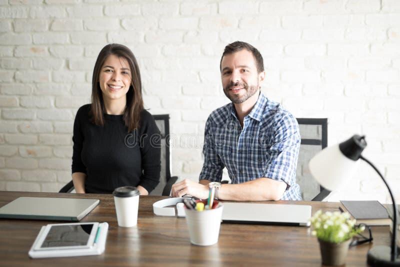 男人和妇女画象在工作 免版税库存照片