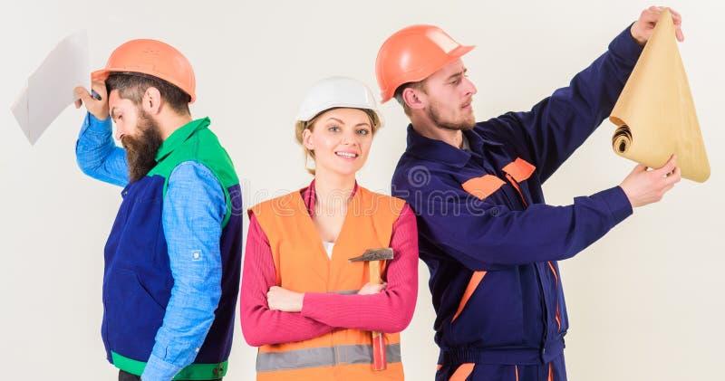 男人和妇女盔甲的无忧无虑与锤子和项目 库存照片