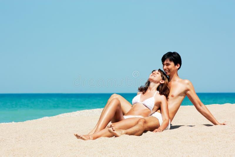 男人和妇女纵向海滩的Sea 库存照片