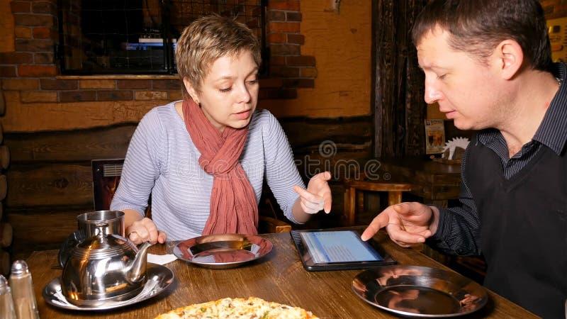 男人和妇女聊天在咖啡馆的商务伙伴 库存图片