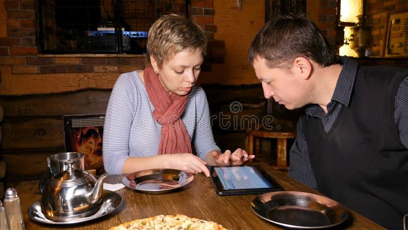 男人和妇女聊天在咖啡馆的商务伙伴 库存照片