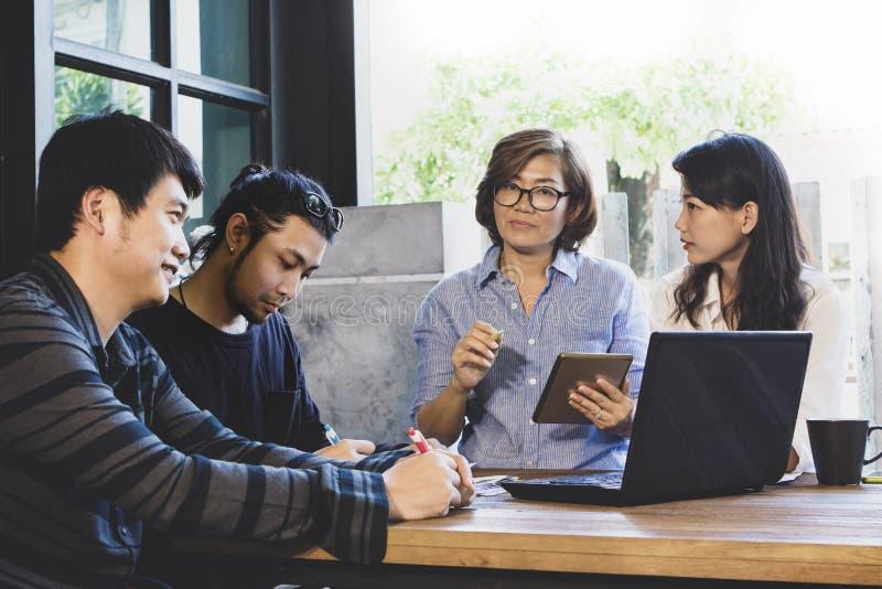 男人和妇女自由职业者的会议队工作解答的在家庭办公室 免版税图库摄影