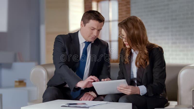 男人和妇女谈论业务材料在办公室,计划的起始的战略 库存照片