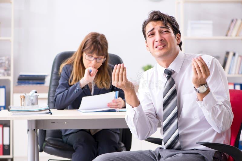 男人和妇女谈论在办公室 免版税库存照片