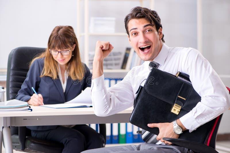男人和妇女谈论在办公室 免版税库存图片