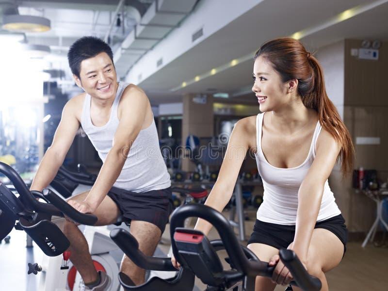 男人和妇女谈话在健身房 库存照片