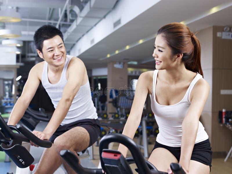 男人和妇女谈话在健身房 库存图片