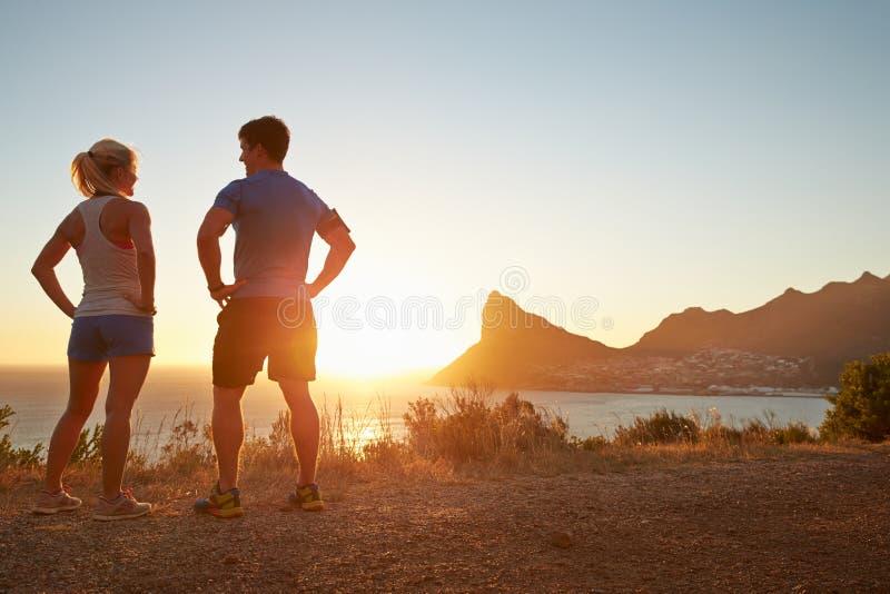 男人和妇女谈话在跑步以后 库存图片