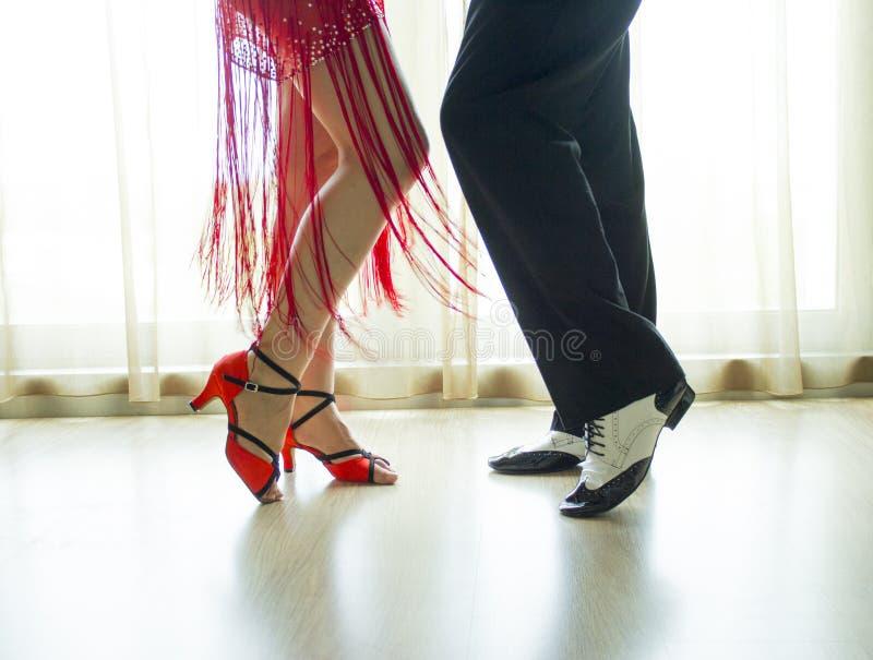 男人和妇女跳舞的腿 免版税库存照片