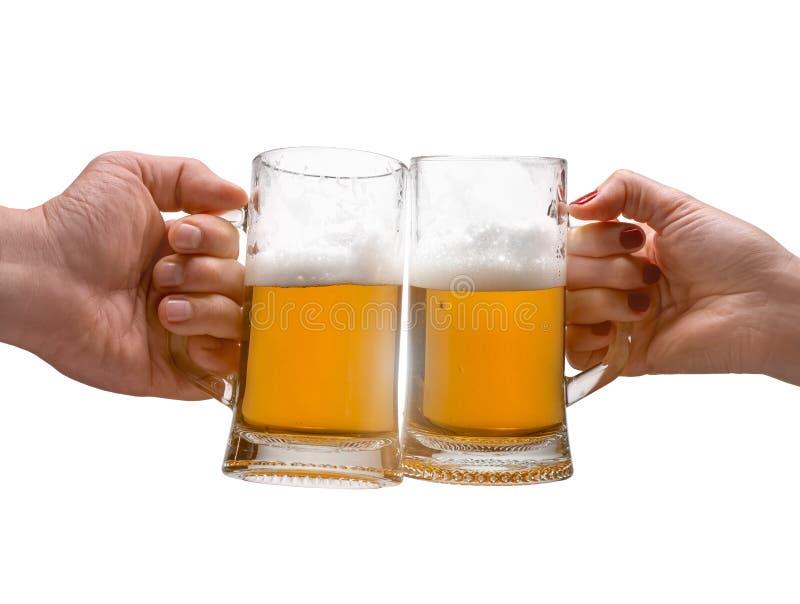 男女拿着啤酒杯 免版税库存照片