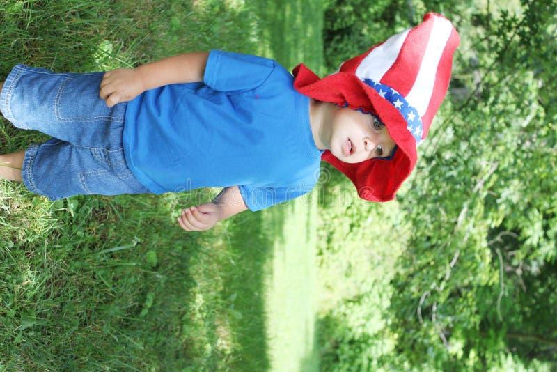 男婴佩带的第4 7月帽子 免版税库存图片