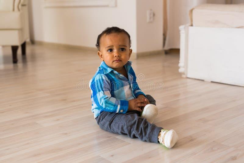 男婴儿童现有量他的离析了放置的鞋子小的夏天空白的尝试 混合的族种有鞋子的男婴 库存图片