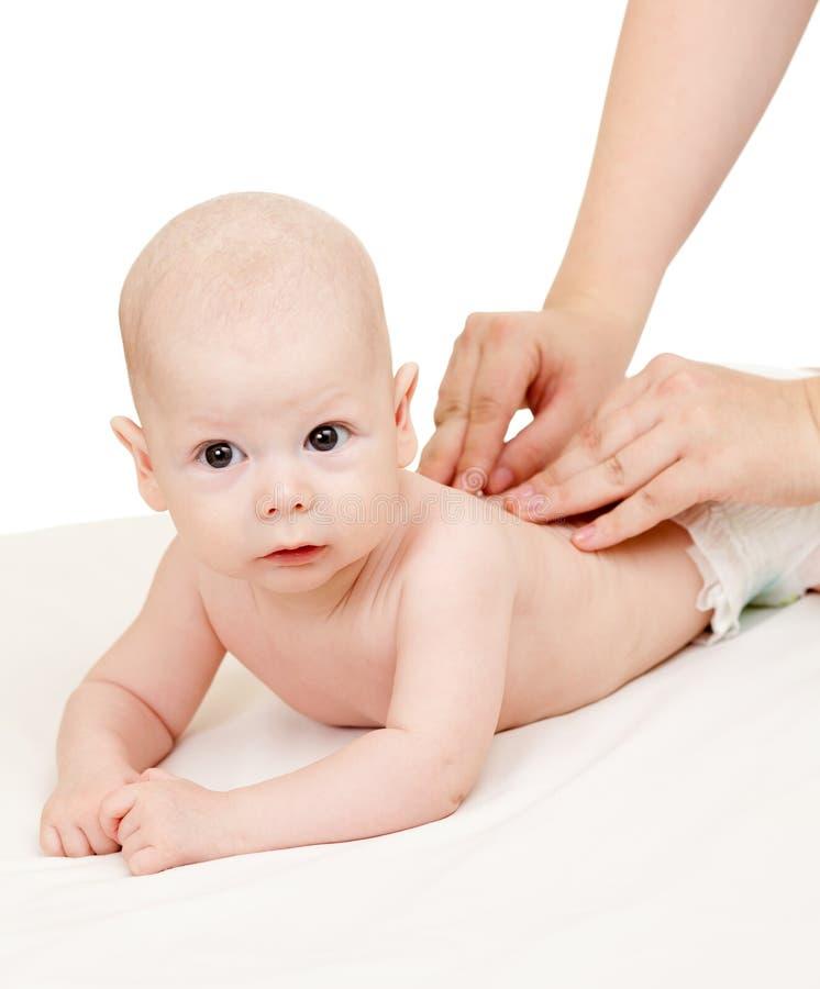 男婴医治她按摩的母亲 库存图片