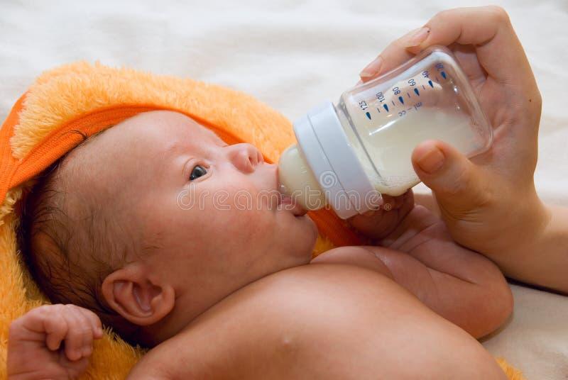 男婴和哺乳瓶 图库摄影
