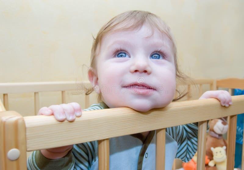 男婴好奇地滑稽查找 免版税库存照片