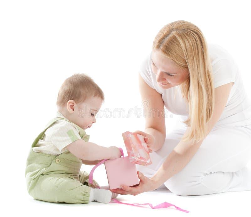 男婴礼品她的母亲当前 图库摄影