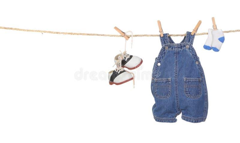 男婴给逗人喜爱的停止的绳索穿衣 免版税库存照片