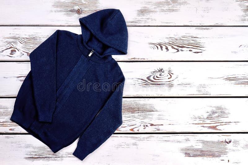 男婴被编织的戴头巾毛线衣 免版税库存图片