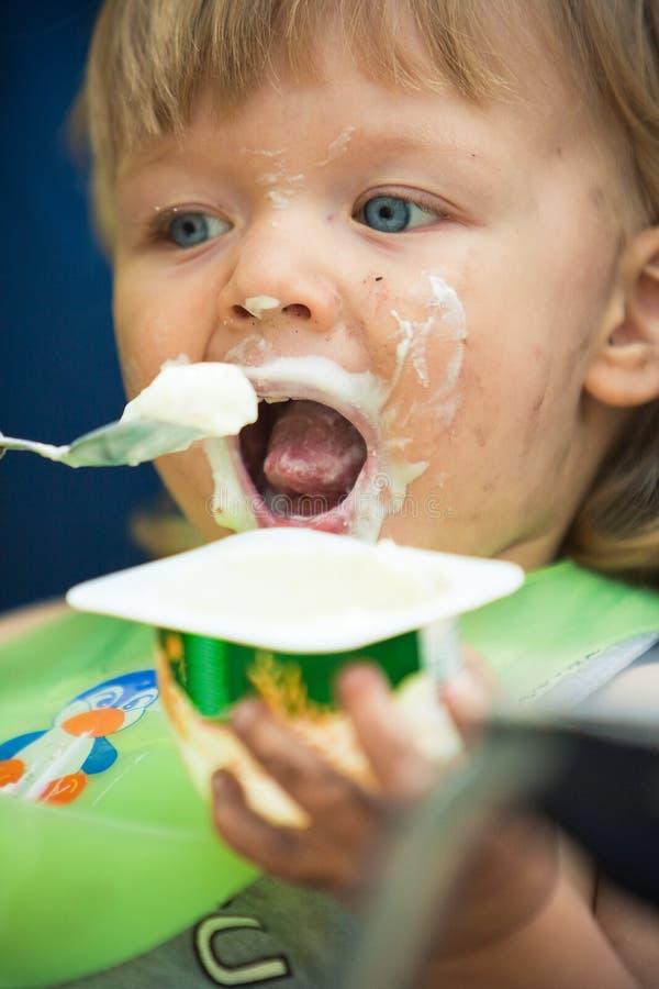 男婴阵营吃脏污的portait 免版税库存图片