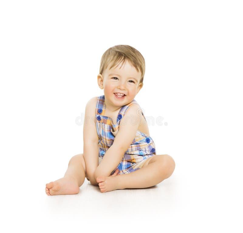 男婴,愉快的小孩孩子坐白色,微笑的婴儿儿童画象 免版税库存图片
