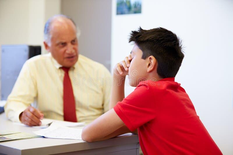 男学生谈话与高中委员 库存照片