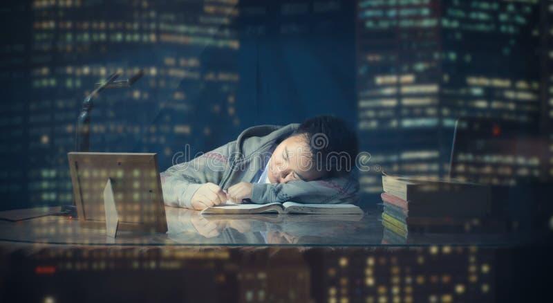 男学生跌倒睡觉,当学习时 库存图片