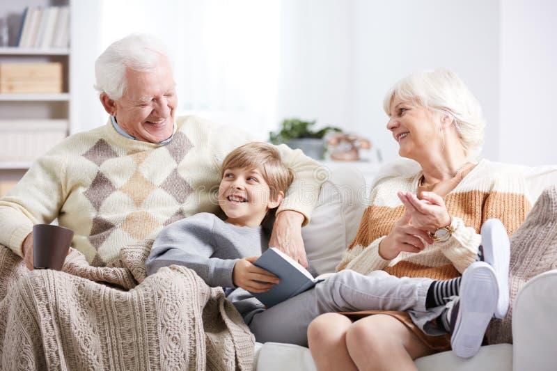 男孩、祖父和祖母 免版税库存图片